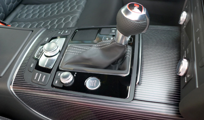 The gear shift of the 2014 Audi RS 7 quattro Tiptronic