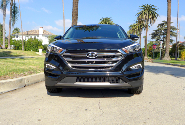 2016 Hyundai Tucson Limited FWD front view