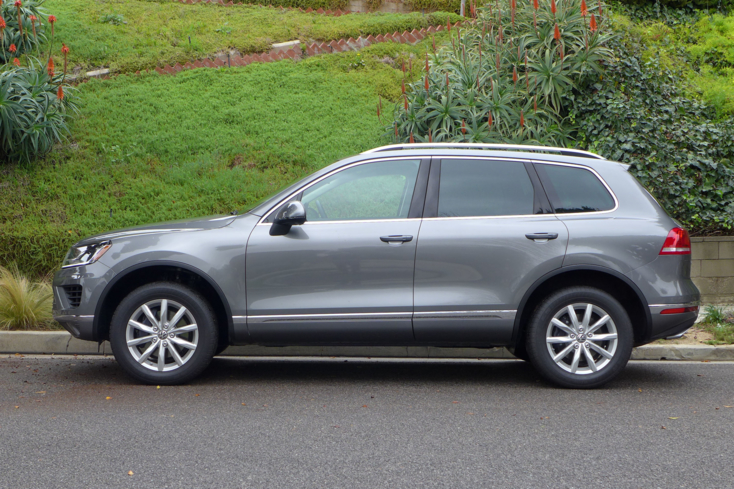 2015 Volkswagen Touareg V6 side view