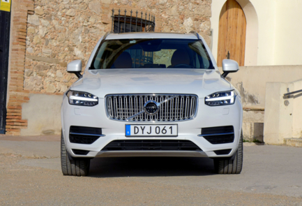 2016 Volvo XC90 T8 Hybrid front view