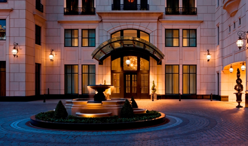 The entrance to the Waldorf Astoria Chicago
