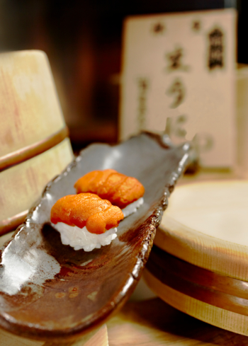 NAOE, Miami Beach: Hokkaido Uni Nigirizushi on Pottery Made by Jerry Hall (photo Jeffery Salter)
