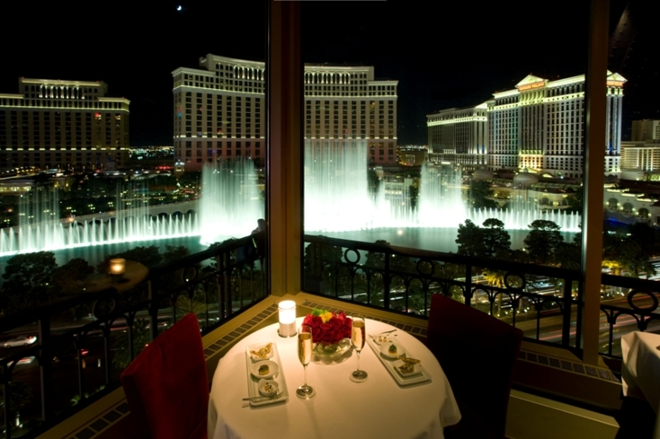 Eiffel Tower: Dining room overlooking Bellagio's fountains